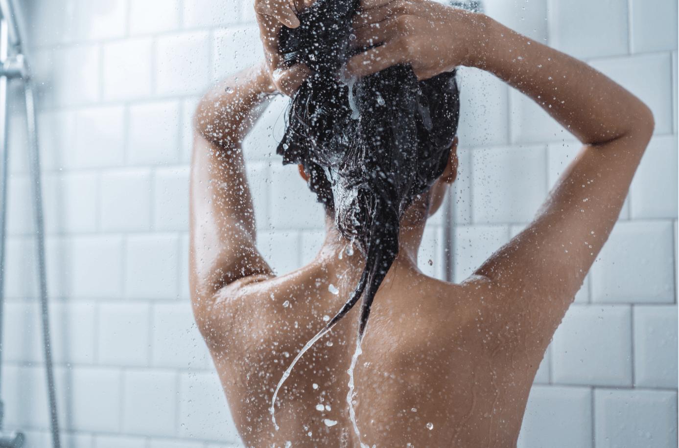 Schwarze-Haare-waschen